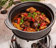 Famous Chinese crispy pork belly recipe with detailed photo guide and tips shared. Braised Chicken, Braised Beef, Cooked Chicken, Crispy Pork, Fried Pork, Pork And Cabbage, Chinese Sausage, Pork Belly Recipes, Pork Stir Fry