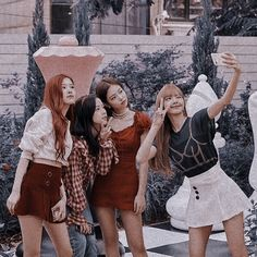 Thought thick or thin I will always be by ur side❤️❤️❤️ Kim Jennie, K Pop, Lisa Blackpink Wallpaper, Blackpink Memes, Kim Jisoo, Blackpink Photos, Park Chaeyoung, Fandom, Blackpink Lisa