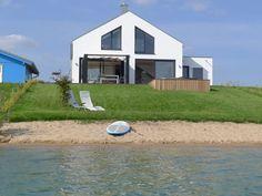 Haus am See mit Privatstrand 1 im Löbnitz: 4 Schlafzimmer, für bis zu 13 Personen. Großzügiges Ferienhaus mit Privatstrand, offenem Kamin & Sauna direkt am See | FeWo-direkt