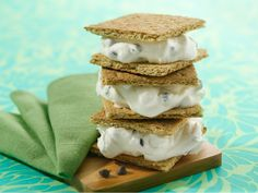 Hungry Girl: Gimme Gimme Smores Sandwich (133 calories) – Thanks to: Lisa Lillien / foodnetwork.com INGREDIENTS: 1 sheet (4 crackers) low-fat honey graham crackers; 1/4 cup fat-free whipped topping (thawed from frozen); 1 tsp. mini semi-sweet chocolate chips; 8 miniature marshmallows.