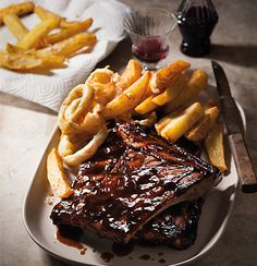 Sticky ribs with onion rings and crispy potatoes