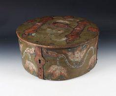 Rikt dekorert bomme med grønn bunnfarge, innvendig med eierinitialer og dat. 1765. D: 46 cm. Mangler lås. Prisantydning: ( 10000 - 15000) Solgt for: 6000