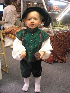 Tudor Henrician Period, Toddler Costume I just had to pin this as he looks so cute Mens Renaissance Clothing, Costume Renaissance, Medieval Costume, Renaissance Fair, Medieval Clothing, Medieval Gown, Gypsy Clothing, Elizabethan Fashion, Tudor Fashion