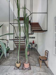 De meeste trappen die je in een huis of appartement ziet hebben maximaal één bocht. Echte grote woningen kunnen grotere trappen veroorloven die meerdere bochten kunnen bevatten. Vandaag willen we een hele stoere trap laten zien met maar liefst drie bochten! Het is de trap in het appartement uit Milaan van Italiaanse ontwerper Antonino Sciortino. Bijna zijn gehele huis, inclusief de trap, is door hem zelf ontworpen. Het is een geweldig grote loft woning met meerdere woonlagen. Deze trap…