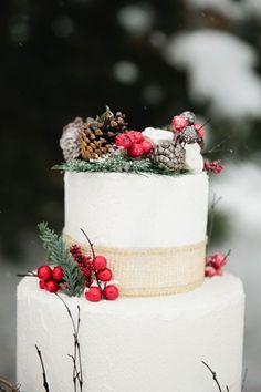Een winterse bruidstaart voor een winterbruiloft #bruidstaart #kerst #winter #bruiloft #trouwen #inspiratie #wedding #cake #christmas #pie #inspiration Laat je inspireren: kerst bruidstaarten | ThePerfectWedding.nl | Fotocredit: Callie Hobbs Photography