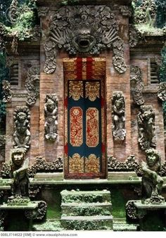 The gate of Monkey Forest Temple - Ubad, Bali, Indonesia. Loved Bali, the people are amazing. Cool Doors, Unique Doors, Ubud, Door Knockers, Door Knobs, Monkey Forest, Grand Entrance, Closed Doors, Gates