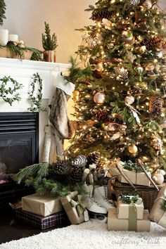 Holiday decorating - traditional nature inspired Christmas tree with gold…