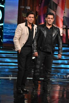 Bollywood superstar Shah Rukh Khan, who is all geared up for his upcoming film Zero, was recently seen having a gala time with Salman Khan on the sets of Bigg Boss Scroll down to see photos. Bollywood Stars, Bollywood Images, Bollywood Fashion, Salman Khan Photo, Shahrukh Khan, Indian Celebrities, Bollywood Celebrities, Celebrity Outfits, Celebrity Photos