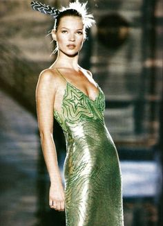 supermodels Kate Moss in a lime green metal mesh dress, for Atelier Versace, Spring Look Fashion, 90s Fashion, Runway Fashion, High Fashion, Fashion Show, Vintage Fashion, Fashion Outfits, Fashion Design, Couture Fashion