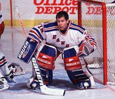 New York Rangers goalie Mike Richter loses his helmet but stays focused. Rangers Hockey, Women's Hockey, Hockey Stuff, Ironman Lake Placid, Best Baseball Player, Half Ironman, Goalie Mask, Ironman Triathlon, Mlb Players