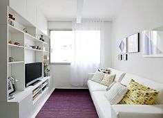 sala de estar branca com estante