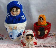 Матрёшка — это не просто народная игрушка — это символ исконно русской культуры, традиционный российский сувенир для туристов, объект коллекционирования. Как правило, матрёшки выполняются из дерева, расписываются нарядными узорами. А я хочу предложить вам связать комплект матрёшек! Таким подарком вы точно удивите кого угодно Комплект состоит из трёх матрёшек, две из которых разъёмные.