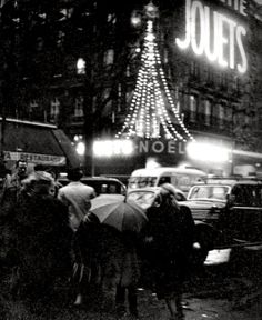 Christmas in Paris, 1953 // Willy Ronis Robert Doisneau, Willy Ronis, Paris Vintage, Vintage Christmas Photos, Christmas In Paris, Christmas Time, Louvre, Christmas Photography, Tour Eiffel