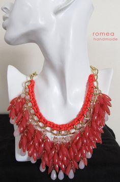 Collar en cuentas  cadena y cordon en Coral y por RomeaAccessories