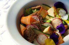Järvimaisemien puhtaisiin makuihin kuuluu ehdottomasti ruislimppu. Kesällä sen kaveriksi sopii lähitiloilta hankitut kasvikset, sekä pitojuusto. Näistä puhtaista mauista syntyy raikas alkusalaatti! Fruit Salad, Food, Fruit Salads, Eten, Meals, Diet