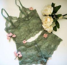 Bralette pura floral verde oliva y un conjunto de ropa interior francesa