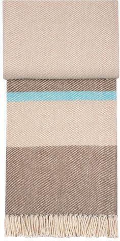 Gemütliche Wohndecke »Country« aus dem Hause pad. Diese Decke ist aus 100% Baumwolle hergestellt und dadurch wunderbar kuschlig. Zusätzlich ist das Design schön dezent, die Farben sind zauberhaft, die Fransen gemütlich. Die Decken-Perle verströmt sofort Behaglichkeit im Wohnzimmer und wärmt Sie an kalten Abenden. Kuscheln Sie sich ein und genießen Sie.   Artikeldetails:  Decke mit Motiv, Mit Fr...