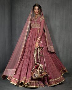 Pakistani Fashion Party Wear, Pakistani Wedding Outfits, Indian Fashion Dresses, Pakistani Bridal Dresses, Indian Gowns, Indian Outfits, Bridal Lehenga, Indian Wear, Pakistani Frocks