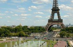 S'il y a bien un jardin à visiter lorsque vous passez par la Tour Eiffel, ce sont bien les Jardins du Trocadéro ! Créées lors de l'exposition spécialisée de 1937, ces 93 930m² d'espaces verts offrent une vue imprenable sur la Tour Eiffel dominant la capitale (sortir son appareil photo est donc ici indispensable). Le centre du jardin est marqué par la célèbre fontaine de Varsovie pourvue de ses 20 canons à eau offrant un spectacle aquatique remarquable, notamment les nuits d'été où un…