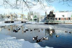 Winter in de Zaanstreek. . De Zaanstreek ligt in de provincie Noord-Holland, aan en ten noorden van, het Noordzeekanaal. De Zaanstreek ligt aan weerszijden van de Zaan, die via het Noordzeekanaal uitmondt in het IJ en bevaarbaar is voor kleine kustvaarders. De inwoners van het gebied worden Zaankanters genoemd.