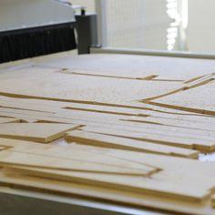 TEHDÄÄN HYVIN | HANDMADE QUALITY Työvaihe: CNC-leikkaus | Craft: CNC cutting Tuotantolinja: Sohvat | Production line: Sofas  #pohjanmaan #pohjanmaankaluste #käsintehty