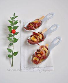 Bastoncini di petto d'anatra affumicato con panettone, mirtilli rossi ed emulsione di miele e olio evo