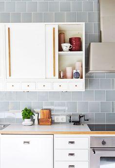 Grey tiles in kitchen with 50's style. Photo Päivi Anita Ristell / Glorian koti