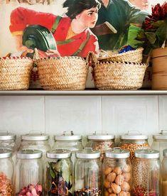 Decoração ousada, luz natural, cozinha, cestas, potes de vidro.