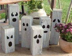 Spookjes van blokjes hout beschilderd met glow-in-the-dark verf