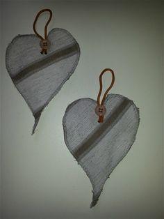 Søde hjerter lavet af møbelstof og pyntet med perler og bånd. Se alle de forskellige.