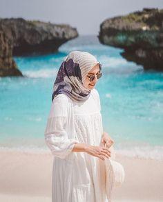 Tips Agar Hijabers Tetap Nyaman dan Stylish Liburan ke Pantai – Hijab Fashion 2020 Hijab Fashion Summer, Muslim Fashion, Hijab Casual, Hijab Outfit, Beach Ootd, Hijab Fashion Inspiration, Travel Outfit Summer, How To Pose, Marie