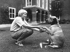 1982 Prins Willem Alexander was dinsdagochtend tijdens het zgn foto-uurtje op Paleis Huis Ten Bosch  best bereid met zijn hond Kerry voor de fotografen te poseren. Kerry is een Labrador.