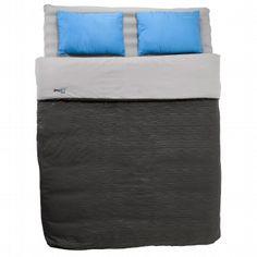 """L'inénarrable et indispensable matelas gonflable de chez Quechua, autrement appelé """"Le cube"""".Super pratique, confortable, nous vous le louons avec la pompe qui couine afin qui vous puissiez le gonfler.Attention: prévoir tout de même un sac de couchage : la couverture qui est fournie avec ne sera pas assez chaude pour une nuit un peu fraîche. Exemple : en Angleterre, en été, je devais dormir avec des chaussettes de montagne, un pyjama, un Tshirt en dessous de la couverture.Peut sans problème…"""