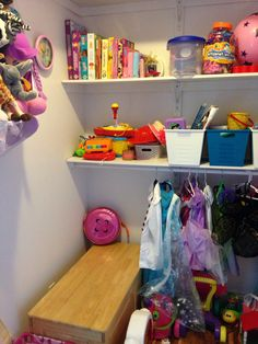 Idée rangements pour jouets et costumes - walk in salle de jeux Bookcase, Shelves, Costumes, Home Decor, Storage, Toys, Shelving, Dress Up Clothes, Shelving Racks