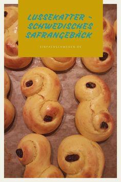Lussekatter sind das Gebäck, welches in Schweden zu Lucia serviert wird.  Es ist ein Hefegebäck mit Safran. In Schweden ist Safran sehr beliebt  zu Weihnachten.  #einfachschweden #lussekatter #lucia Always Hungry, Fika, Doughnut, Desserts, Swedish Christmas, Pies, Kuchen, Nordic Kitchen, Swedish Recipes