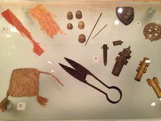 Strumenti per cucire salvati dal Tamigi. 14 ° secolo, V & A Museum, Londra.