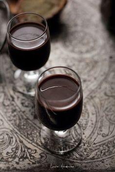Lichior de ciocolata cu cardamom reteta de bautura alcoolica de casa. Reteta de lichior de ciocolata pentru sarbatorile de iarna. Chocolate, Romanian Food, Romanian Recipes, Christmas Cocktails, Beverages, Drinks, Party Planning, Smoothies, Diy And Crafts