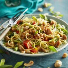 Zoetzure mie-roerbak met kip Asian Recipes, Ethnic Recipes, Asian Foods, Pasta, Indonesian Food, Indonesian Recipes, Wok, Noodles, Nom Nom