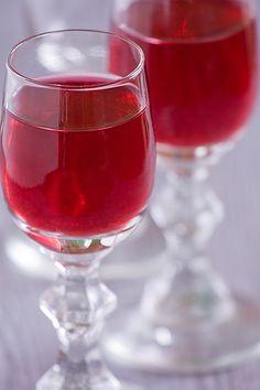 Składniki:   1 kg dojrzałych wiśni  4 szklanki cukru  1l spirytusu (ja użyłam wódki, lubię łagodniejsze trunki)  2 szklanki przegotowa...