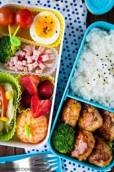 albondigas de pollo arroz fruta ensalada  huevo duro