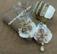 Orecchini con fiore in resina beige abbinato con bracciale, Sabbinadasabina .