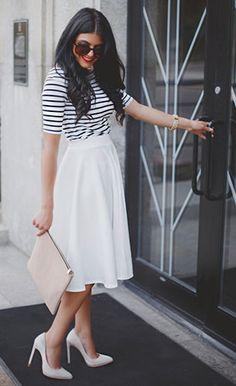 กระโปรง Midi สีขาว Asos, เสื้อลายขวางสีขาวดำ Asos, รองเท้าส้นสูง Ivanka Trump, กระเป๋าคลัทช์ Asos