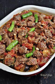 Çok lezzetli bir fırın yemeği,fırında etli patlıcan.Patlıcan ve etle yapılan yemekler zaten damak çatlatıyor.Yanında bembeyaz pirinç pilavı ve cacıkla,müthiş bir üçlü oluyorlar.Bu etli patlıcan yemeğini davet sofralarına,ana yemek olarak gönül rahatlığıyla yapabilirsiniz. Her zamanki gibi tarife geçmeden önce diğer patlıcanlı tariflerimden bir kaçını önerip,hemen tarife geçiyorum.Etle arası iyi olmayanlar için etsiz olarak fırında patlıcan yemeğiRead More