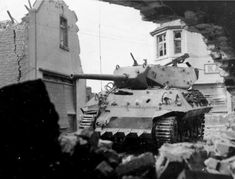 """American tank destroyer """"Wolverine"""" GMC Wolverine) 702 battalion of tank destroyers knocked-out German artillery on the streets Ibaka (Ubach), Germany. M10 Wolverine, M10 Tank Destroyer, Diorama, Patton Tank, Us Armor, War Thunder, Military Units, Armored Fighting Vehicle, Historical Pictures"""