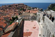 Vanhassakaupungissä eletään kuten missä tahansa kaupungissa. Poika pelaa koripalloa. A boy playing basketball with nice views. #Dubrovnik