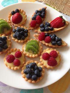 Mixed Berry Bruschetta With Whipped Yogurt Spread Mini Fruit Tarts, Mini Apple Pies, Fruit Recipes, Sweet Recipes, Dessert Recipes, Köstliche Desserts, Delicious Desserts, Yummy Food, Mini Tart Shells
