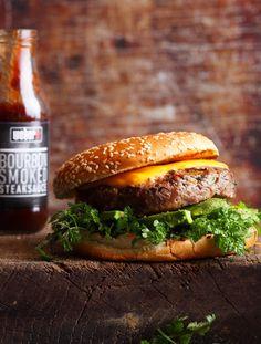 Chili-Cheeseburger       Zutaten für 4 Burger:  800 g Rinderhack (20% Fettanteil), 3 EL Blattpetersilie (fein gehackt), 2 EL Chilischoten (fein gehackt, mit Kernen), 1 ½ TL Meersalz, ½ TL Knoblauchgranulat, ¼ TL schwarzer, gemahlener Pfeffer, 4 Scheiben Cheddarkäse, 2 handvoll Krautsalat,  4 EL BBQ-Sauce. Zubereitung: 1. Für die Burger das Hackfleisch mit den Zwiebeln, Petersilie, Chili und den Gewürzen vermischen und daraus mit der Burgerpresse 4 gleichmäßig große Burger formen. Mit dem…