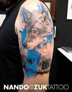 Tatuaje estilo collage con un lobo realista.