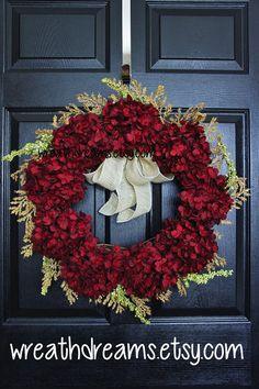 Ozdobte si dvere s krásnymi farebnými vencami. Môžete kombinovať rôzne farebné predmety a kvety, s ktorými vyrobíte nádherné ozdoby. Stačí ich jednoducho zavesiť a vaše dvere budú stredobodom pozornosti.