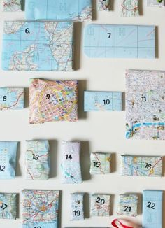 Este calendario de adviento se compone de paquetitos envueltos con mapas y numerados que a su vez envuelven regalos con los mapas o los viaj...